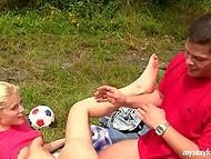 Девчонка хотела играть в футбол, но возбуждённого парю было не остановить 8