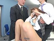 Японская секретарша продолжает вести телефонные переговоры. не взирая на вибраторы в волосатой киске 7