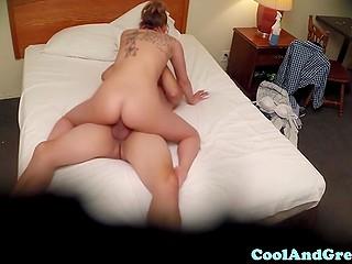 Уборщица и постоялец кувыркались на кровати, даже не подозревая, что за ними подглядывают