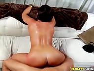 Мускулистый перец спокойно удерживал попастую сучку на весу, насаживая её на каменный фаллос 10