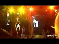Впечатлённый зритель от начала и до конца заснял откровенное выступление порно актрисы на сцене 4
