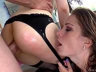 Завистливая девка посасывает толстый хуй пихаря и наблюдает, как он жарит анал её подружки 11