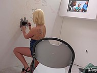 Шаловливые ручонки блонды уже нащупали влажную киску, когда из глорихола показался чёрный гигант 3