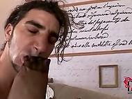 Парень балдеет от шикарных ножек в сексуальных чулках его новой любовницы 10