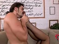 Парень балдеет от шикарных ножек в сексуальных чулках его новой любовницы 9