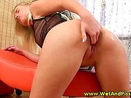 Блондинка даёт волю своим пальчикам, дабы они поласкали её пиздёнку 5