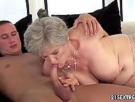 Бабулька решила вспомнить молодость и развлекается с молодым любовником 5