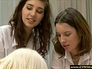 Студенточки с нескрываемым интересом наблюдали за тем, как беловолосая одногруппница наворачивает хуец 9
