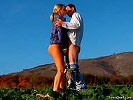 Очередной фотосет был посвящён аграрной тематике, поэтому тёлочка в клетчатой рубашке и партнёр совокуплялись не покладая рук 6