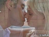 Прелестная блондиночка встретила любовника с работы обнажённой и занялась с ним сексом прямо на кухне 4
