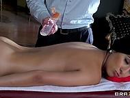 Элегантный массажист даже не приложил особых усилий для того, чтобы латиночка раздвинула перед ним ножки 4