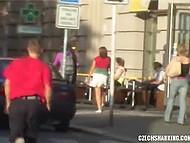 Похотливый чувак незаметно подкрадывается к соблазнительным чешкам и стягивает одежду 3
