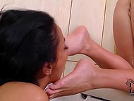 Сиськастые подруженции залезли в ванну и полизали друг дружке изящные ножки 10