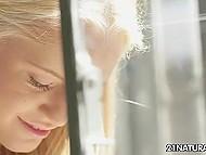 Блондиночка не нашла то, что искала, потому что пришёл ухажёр и окутал нежной лаской её ножки 4