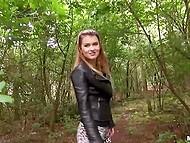 Мужик с камерой дал обаяшке денег, чтобы она потренировалась с ним в лесу 3