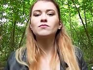 Мужик с камерой дал обаяшке денег, чтобы она потренировалась с ним в лесу 4