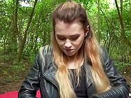 Мужик с камерой дал обаяшке денег, чтобы она потренировалась с ним в лесу 5