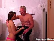 Седоволосый мужичок уединился в туалете, но похотливая тёлка нашла способ проникнуть внутрь 4