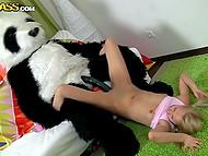 Грузная плюшевая панда тихонько рычала, имея блондиночку немаленьким агрегатом 9