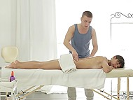 Teenage colleen is not able to resist the charm of experienced masseur and spreads in her legs