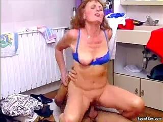 Дама доказала себе и всем остальным, что вполне ещё способна на сексуальные подвиги