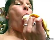Бабуля та ещё шалунья и даст фору многим молодым, играя бананом со своей киской 11