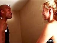 Миленькая блондинка приняла душ с темнокожим чуваком и возбуждённо оседлала его прибор 4