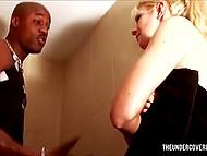 Миленькая блондинка приняла душ с темнокожим чуваком и возбуждённо оседлала его прибор 5