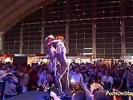 Потрясающее эротическое шоу двух горячих лесбияночек на сцене перед глазами сотен зрителей 11