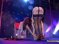 Потрясающее эротическое шоу двух горячих лесбияночек на сцене перед глазами сотен зрителей 7