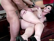 Босс трахает свою похотливую секретаршу прямо на столе в кабинете и угощает её свежей спермой 11