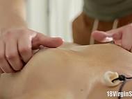 Изящная малышка оседлала член парня, отблагодарив его таким образом за великолепный массаж 5