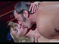 Сцены сексуальных приключений соблазнительной светловолосой красотки 11