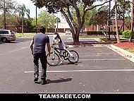Частные уроки езды на велосипеде пришлось оплачивать не деньгами, а диким сексом 4