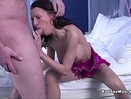 Сексапильная дамочка соблазнила чувака своей волосатой киской и поработала ротиком на славу 4
