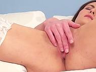 Легкомысленная милашка показывает свою розовую киску, играя с ней вплоть до оргазма 10