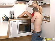 Хитрый муженёк придумал действенный способ добраться до влажной киски желанной супруги 5