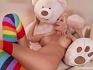 Шведка Puma Swede уже не маленькая и большой плюшевый медведь уступил место её любимой игрушки розовому самотыку 11