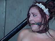 Чел в спецовке приковал беспомощную пышечку к перилам и отстегал розгами её пышные булки 4