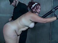 Чел в спецовке приковал беспомощную пышечку к перилам и отстегал розгами её пышные булки 9