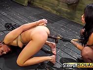 Безжалостные лесбиянки заковали подружку в цепи и отстрапонили её розовую щёлку 4
