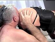 Девушки заставляют своего раба лизать им киски и трахать, при этом пошлёпывая его 4