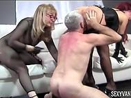 Девушки заставляют своего раба лизать им киски и трахать, при этом пошлёпывая его 5