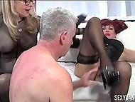 Девушки заставляют своего раба лизать им киски и трахать, при этом пошлёпывая его 6