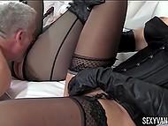 Девушки заставляют своего раба лизать им киски и трахать, при этом пошлёпывая его 8