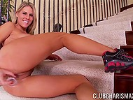 Привлекательная девочка удобно устроилась прямо на ступеньках, чтобы потыкать в киску дилдо 8