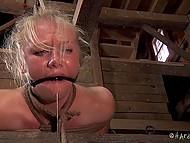 Блондинку угораздило познакомиться с садюгой, который издевается над ней 9