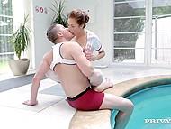 Изнурительная тренировка лишила пловца сознания, но опрятная пилотка медсестры быстро привела его в чувство 3