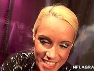 Блондинка работает на камеру и демонстрирует насколько она порочна, мастурбируя киску 8