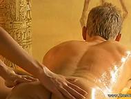 Девушка делает массаж и держит парня в напряжении в течение всего процесса 3